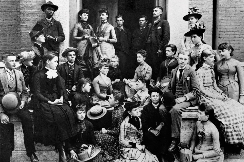 classof1890-with-classmates