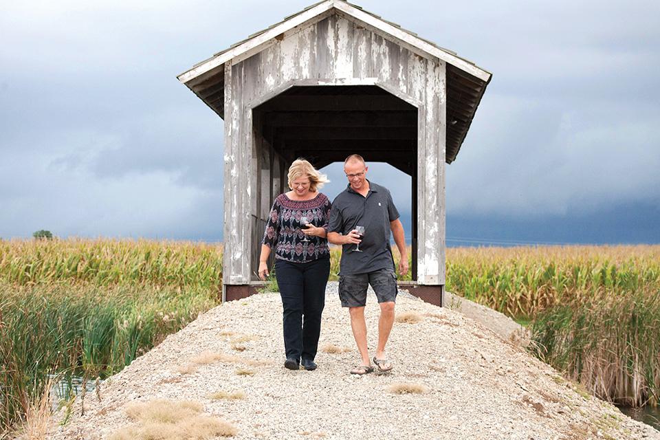 Couple at Sycamore Lake Wine Co. (photo by Jenn Prine)