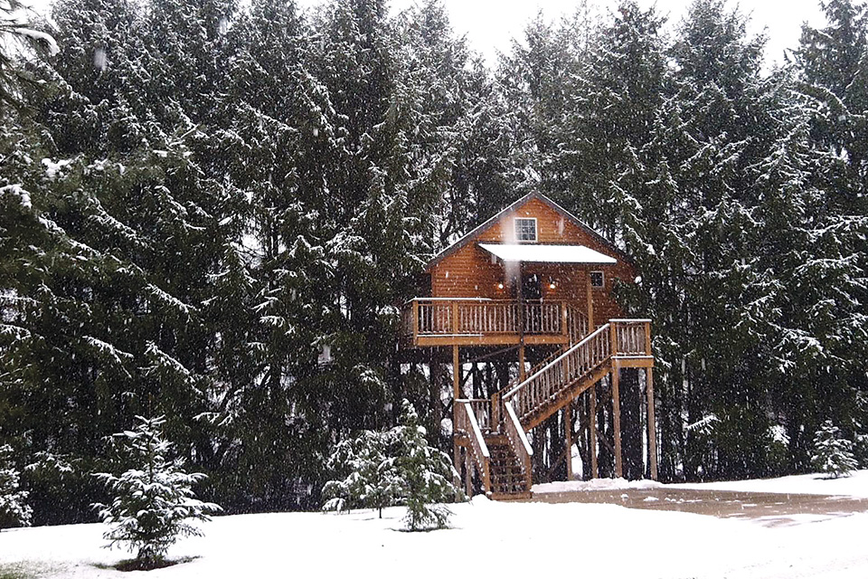 Lofty Willows Treehouse in winter (photo courtesy of Amish Country Lodging)