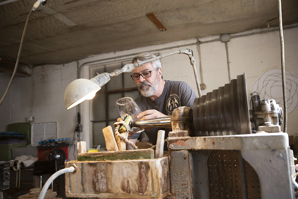 Aidan Scully working on glass at Hawkes Crystal (photo by Rachael Jirousek)
